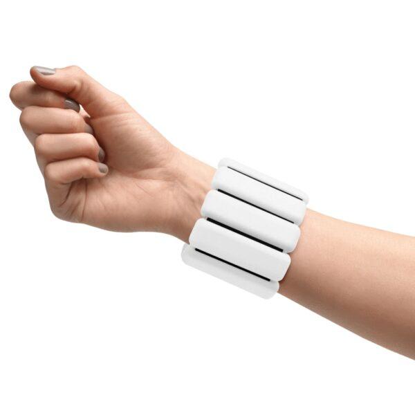 Bala bangles i fargen hvit på håndledd