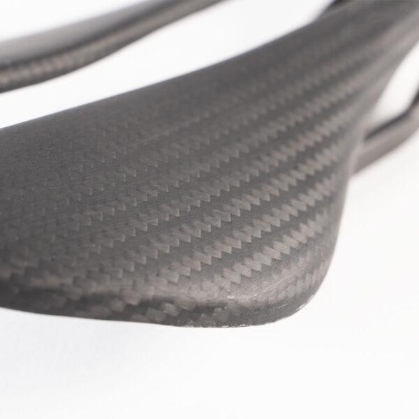 Alpitude Gardena sykkelsete i 3K Twill karbon, 140mm, nærbilde