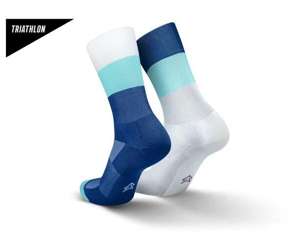 Incylence triatlonsokker. Hvit, lyseblå og mørkeblå farger hvor fargemønsteret på sokkene er speilvendt fra hverandre