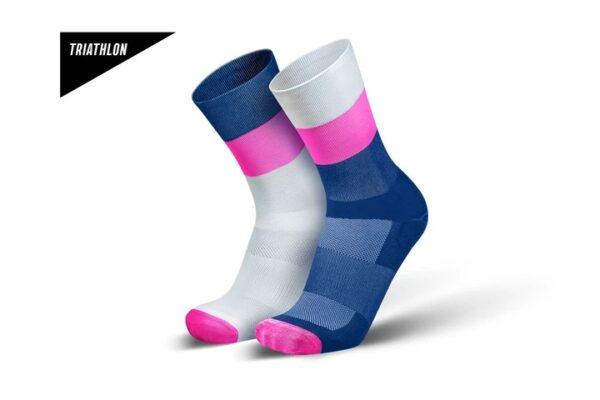 Incylence triatlonsokker. Hvit, rosa og mørkeblå farger hvor fargemønsteret på sokkene er speilvendt fra hverandre