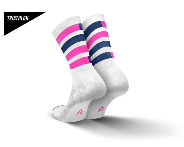 Incylence triatlonsokker. Hvit med rosa og mørkeblå striper som går i hverandre
